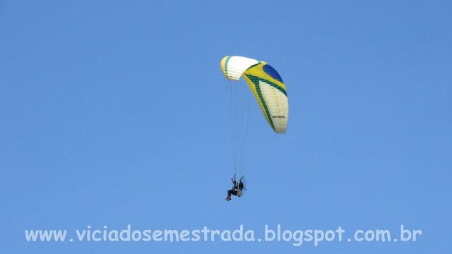 Paraglider sobrevoando a Praia da Guarita