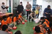 Berbagi Takjil Ala Kasat Narkoba Polresta Mataram