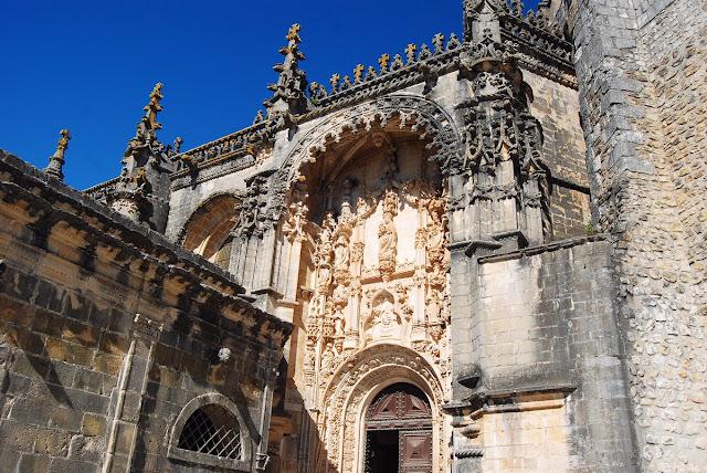 entrée de l'église manuéline, richement décorée de scènes de l'ancien Testament