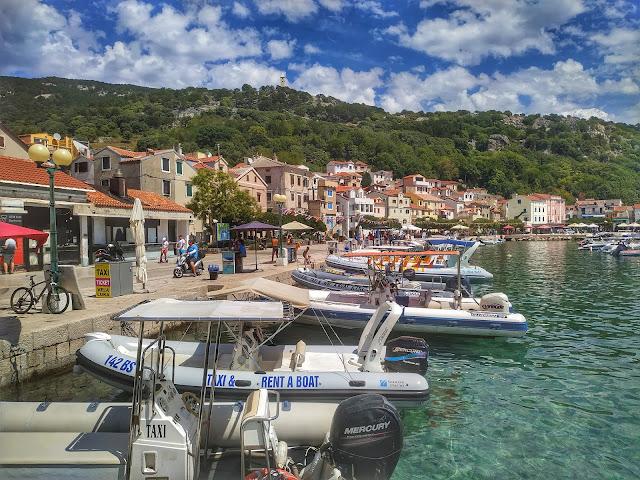 nabrzeże portowe w Baśce, Chorwacja na wakacje, wyspa Krk