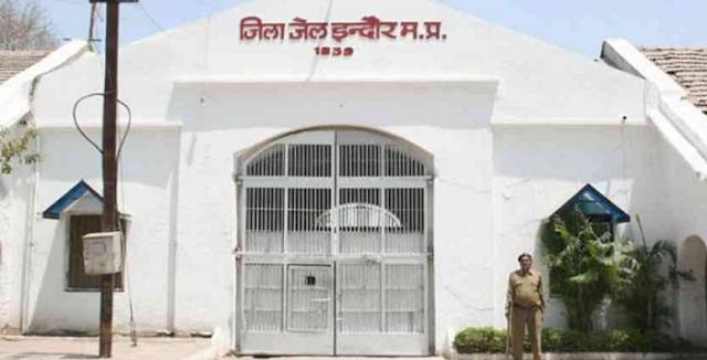 INDORE NEWS : मुंडन की अनुमति नहीं मिली तो कैदियों ने अधिकारियों को जमकर पीटा