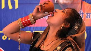 الهند..حفل لشرب بول البقر للوقاية من فايروس كورونا (صور+فيديو)