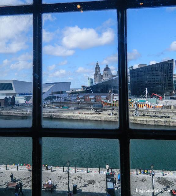 Docas de Liverpool vistas de uma janela do Museu da Escravidão