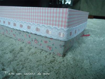 caixa forrada com tecido adesivado decorada com entremeio e entretela dupla face adesivada