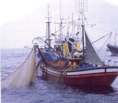La pesca en el mar. Barco pesquero con redes