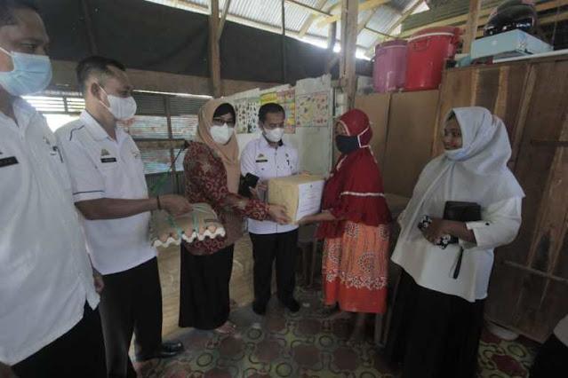 Peringati Hari Kartini, Sekretariat DPRD Bagikan Sembako ke Masyarakat