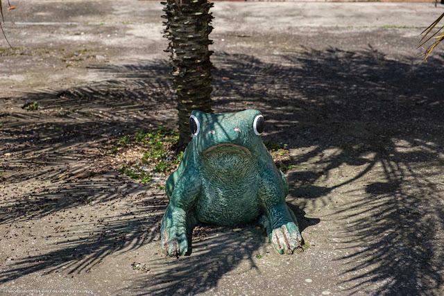 Estátua de sapo verde de jardim