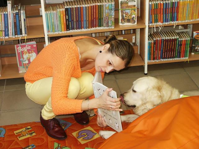 Linda ukazuje knihu Cilce