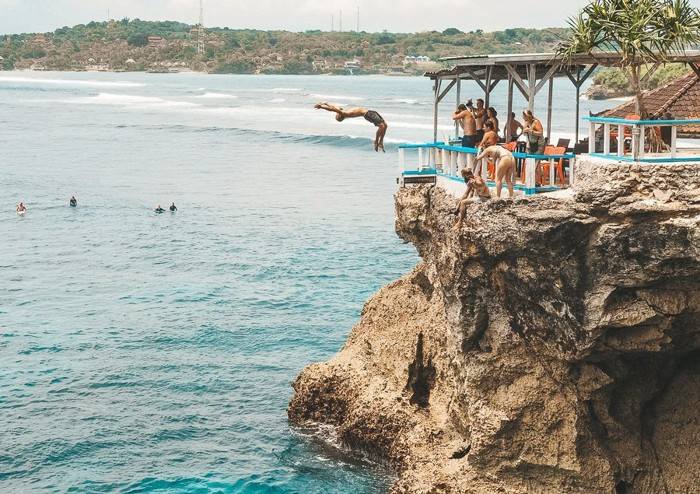 Cliff Jump Point Yang Memicu Adrenalin