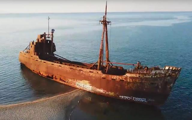 """Ναυάγιο """"Δημήτριος"""" στο Γύθειο: Η αλήθεια πίσω από το μύθο του πλοίου φάντασμα (βίντεο drone)"""