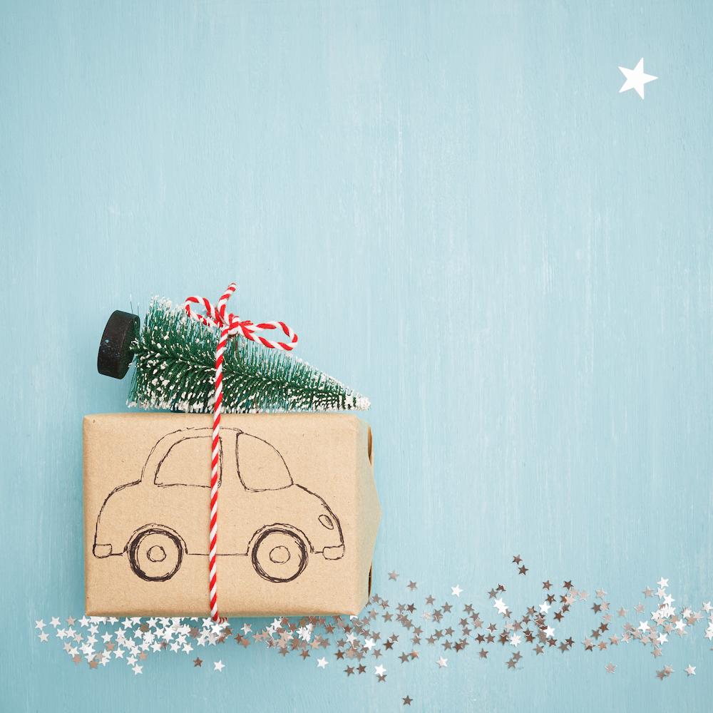 envoltorio de regalos con papel kraft y coche dibujado
