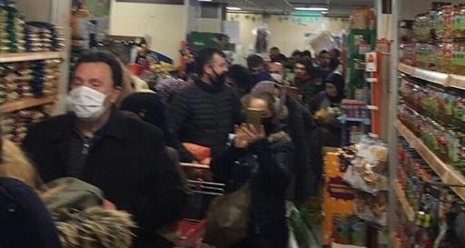 Pārpildīts veikals ar pircējiem