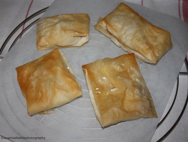 Fagottini di pasta fillo con feta e miele e mini dessert alla ricotta e miele