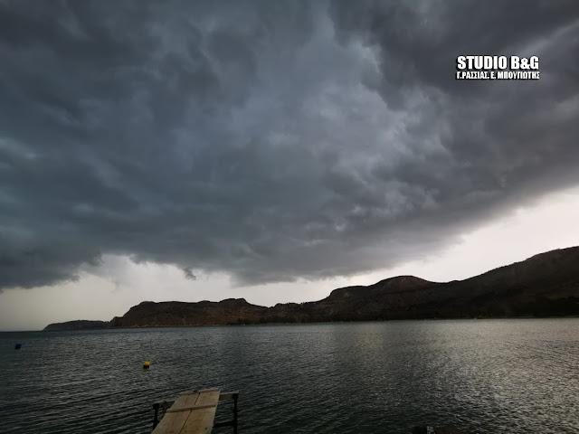 Αργολίδα: Σκοτείνιασε ο τόπος - Έντονη βροχή, κεραυνοί και αέρας