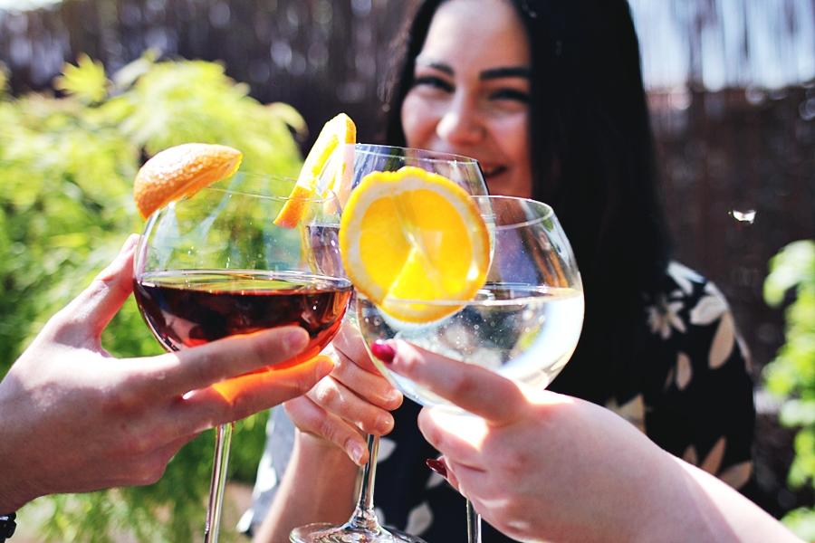 freunde aperitif moment trinken genussvoll alkohol