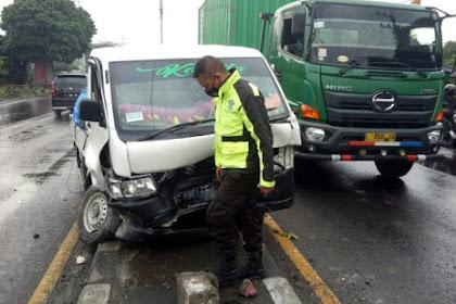 Hindari Pemotor Nyebrang, Pick Up Tabrak Tiang dan Mobil di Mojokerto