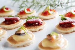 Mini blinis con crema de raifort y salami