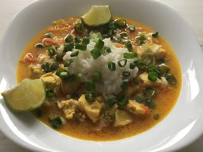Kurczak z curry i ryżem po tajsku