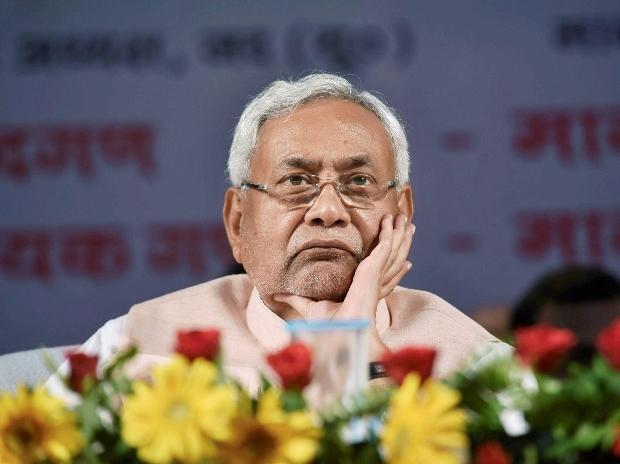 विधानसभा चुनाव में नहीं चलेगा तीर, EC से नीतीश को लगा बड़ा झटका