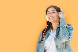 mulher ouvindo música em inglês