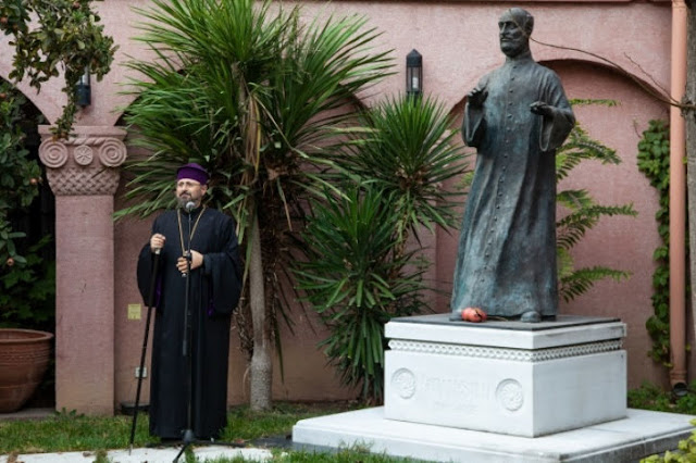 Erigen estatua de Komitas en Turquía