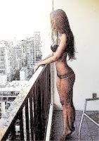 Fátima en ropa interior asomada al balcón