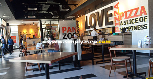 COZY : Bagian dalam Pizza Hut Ahmad Yani 2 Kubu Raya yang megah dan tata ruang yang ciamik membuat betah siapa saja yang datang. Foto Asep Haryono