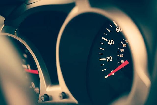 porque-mi-carro-se-acelera-y-desacelera