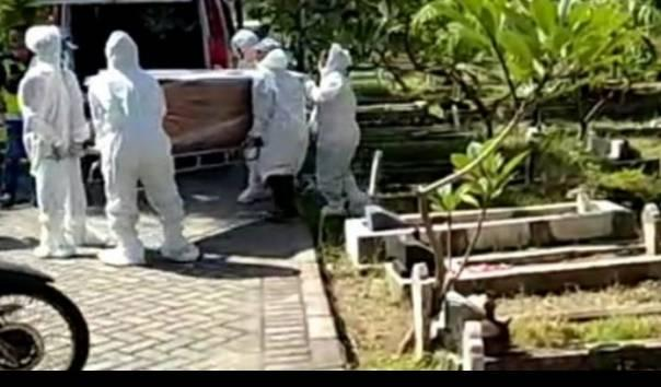 Viral Pemakaman Jenazah dengan Protokol Covid-19 Tertukar, Pihak Keluarga Menangis Histeris