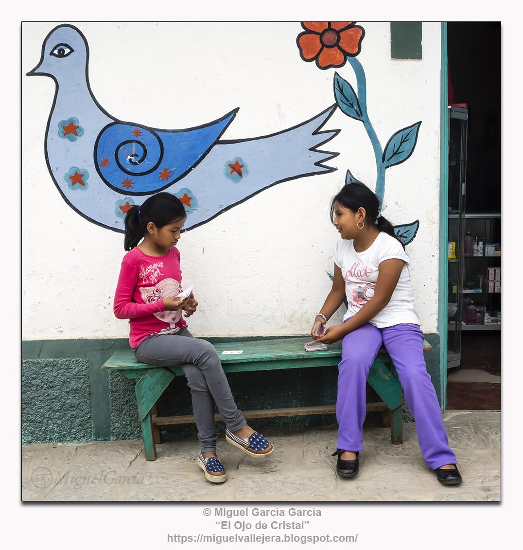 Antioquía, Perú.- Niñas jugando.