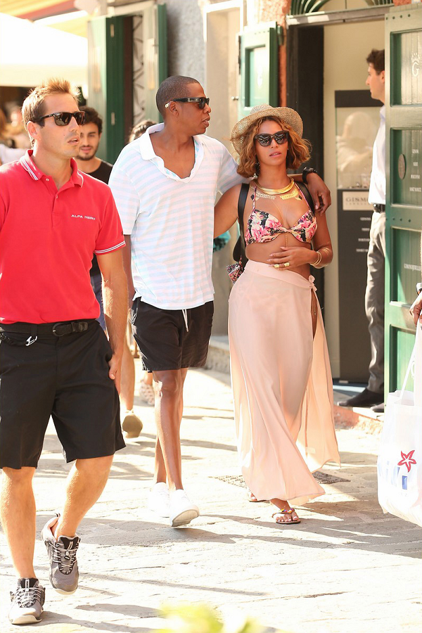 Bw3o9GGIEAAb8Be Crazy in love! Beyonce and Jay Z arm in arm as they stroll Italian streets