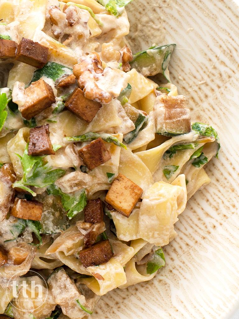 """Wegański makaron w sosie """"śmietanowym"""" z cukinią, orzechami włoskimi i tofu wędzonym ala skwarki"""
