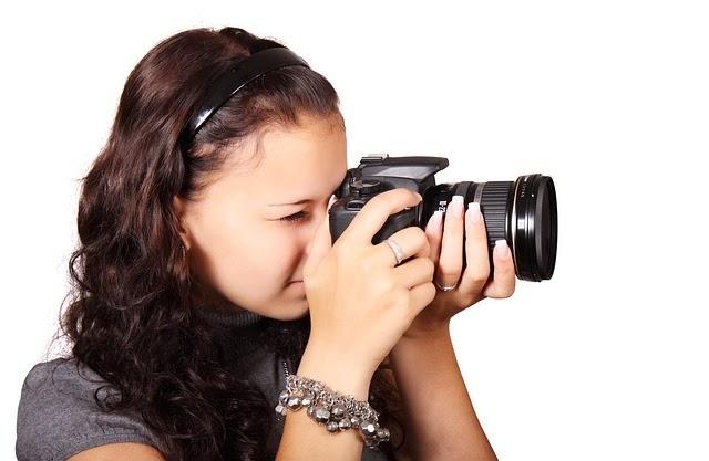 chica apuntando cámara