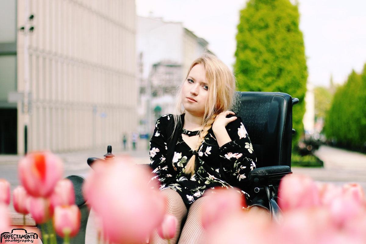 czarna sukienka w kwiaty i kabaretki boho