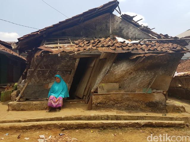 Jangan Hanya Peduli Rohingya, Sekeluarga di Sukabumi ini Puluhan Tahun Huni Gubuk Miring