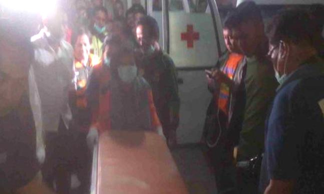 """Indikatormalang.com – Seorang Mahasiswa Sosiologi Universitas Brawijayaangkatan tahun 2013 ditemukan tewas di dalam kamar kosnya di daerah Gang Kertoraharjo Dalam No.11, RT.02, RW 04 Ketawanggede, Senin (7/8/17).  Korban yang diketahui bernama Lukman Arifin (23) merupakan mahasiswa asal Ciamis. Diduga korban meninggal sejak dua hari yang lalu sebelum ditemukan oleh warga pada hari Senin malam.  Berdasarkan informasi yang dikumpulkan dari warga sekitar kejadian mengungkapakan bahwa aroma busuk sudah tercium di sekitar lokasi sejak pagi hari. Namun warga mengira hal tersebut merupakan bangkai hewan kucing atau tikus.  """"Mulai hari Sabtu anaknya sudah gak kelihatan lagi mas, hari Minggu kita sudah mencium aroma busuk, saya dan warga mikirnya mungkin bau bangkai kucing,"""" tutur Arif salah seorang saksi.  Semakin sore bau menyengat semakin tajam, hal tersebut membuat warga sekitar curiga dengan sumber bau busuk tersebut. Sekitar habis maghrib, teman sebelah korban bermaksud melihat kamar kosnya koraban yang menjadi sumber bau tidak sedap.  Teman korban yang curiga akhirnya melaporkan kondisi tersebut kepada pemilik kosan Sucahyono, Ketua RT dan warga sekitar. Setelah isya, pemilik kosan bersama beberapa warga memberanikan diri membuka kamar tidur korban yang tak terkunci dan dalam kondisi gelap.  Korban ditemukan dalam kondisi tidak bernyawa. Dugaan sementara korban meninggal dunia akibat bunuh diri. Pasalnya saat ditemukan didekat kepala korban ada freon dan selang plastik.  """"Setelah dibuka ternyata korban ditemukan telah membusuk di kamar kosnya, dengan freon dan selang plastik yang terpasang di hidungnya serta muka tertutup kantong plastik putih,"""" ujar Arif ."""
