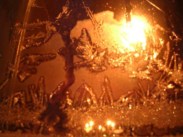 vanha ikkuna jäässä