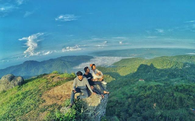 foto suasana di puncak gunung lanang