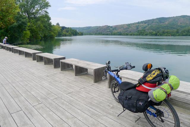 De Paris à Narbonne en vélo, terrasse en bord de Rhône