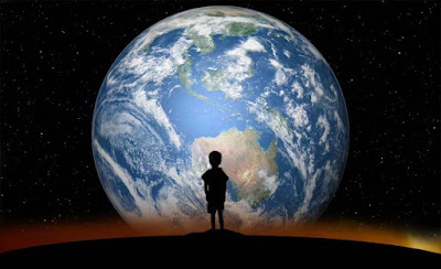 anak kecil di hadapan planet bumi