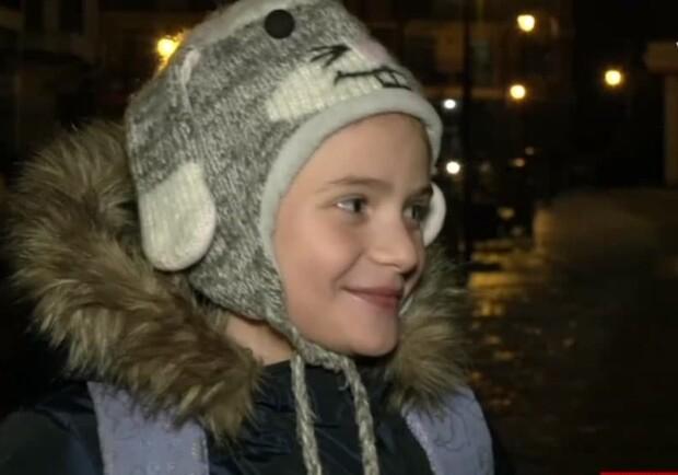 В сети прославилась девочка, преодолевающая гололед на Андреевском спуске в Киеве