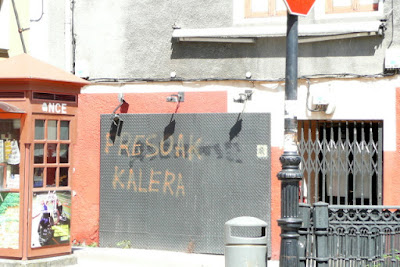"Pintada callejera: ""Presoak kalera"""