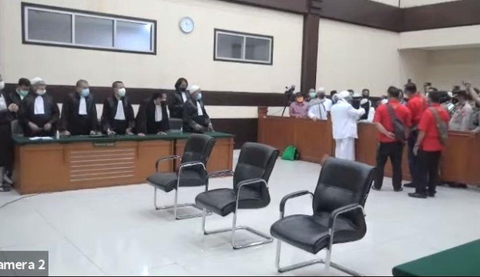 Usai Divonis 4 Tahun, Habib Rizieq Pekikkan Takbir dan Salami Seluruh Majelis Hakim, Kecuali Jaksa