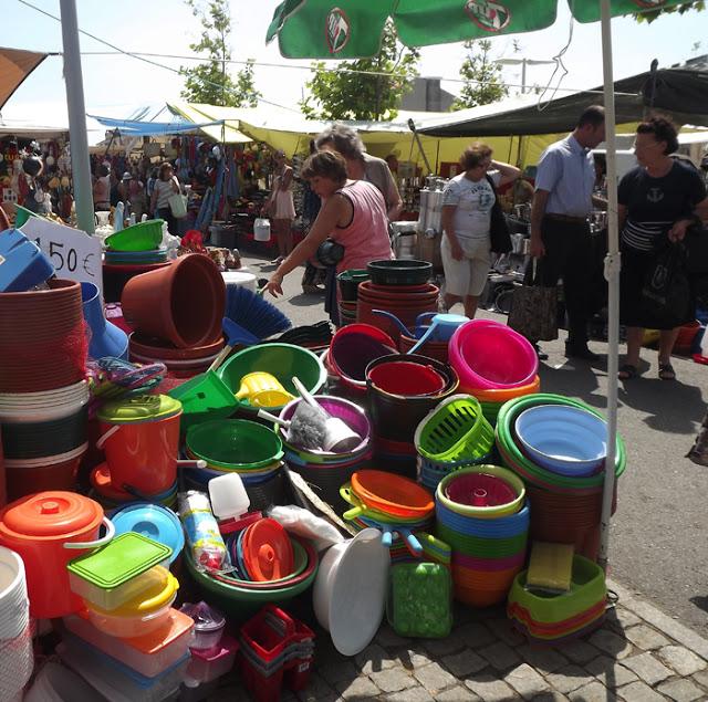 bacias e baldes na Feira de Espinho