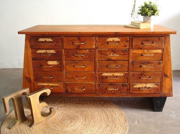 Cajonera antigua de madera procedente de antigua mercería. Muebles vintage valencia