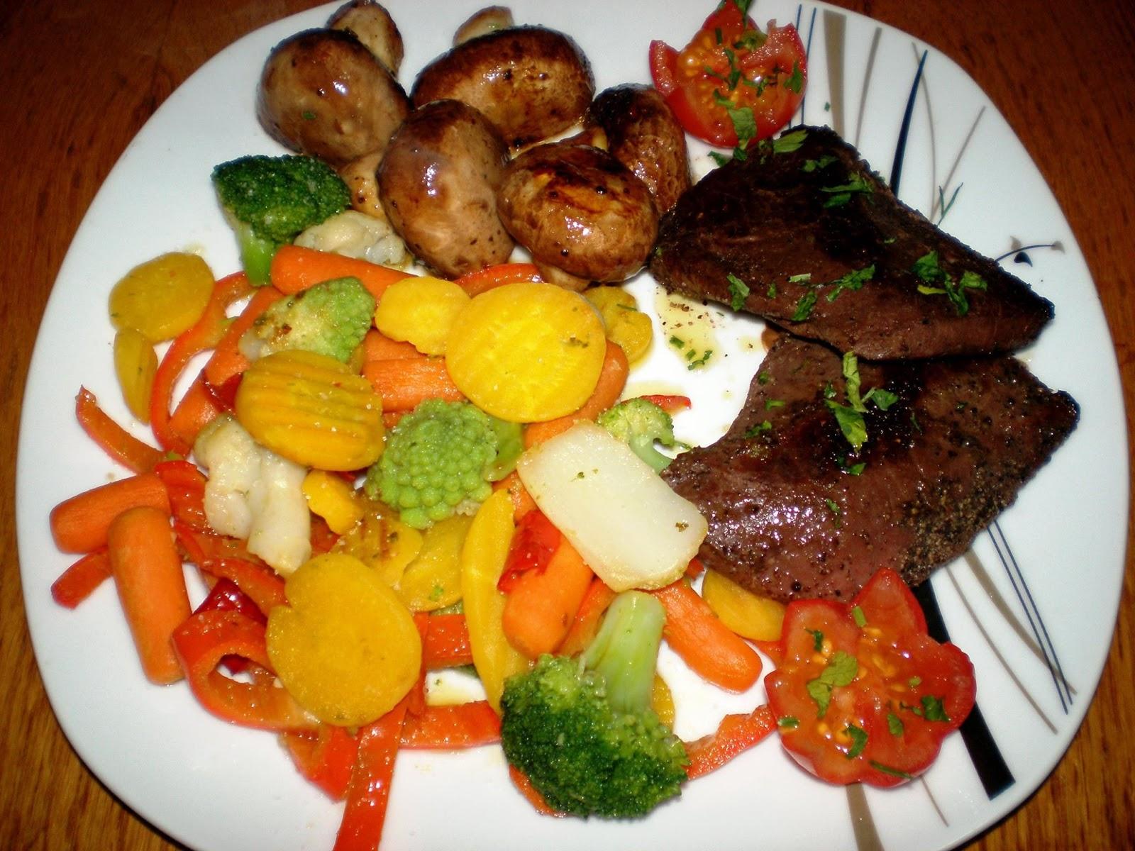 Piept de struț, legume și ciupercuțe sote