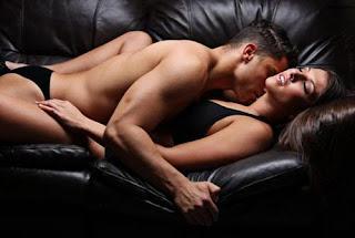 quan hệ trên sofa