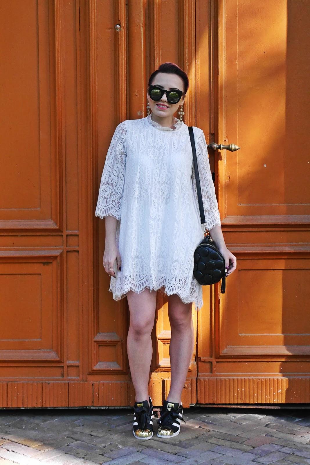 biala_sukienka_koronkowa_superstary_czarne_karyn_blog_250517a