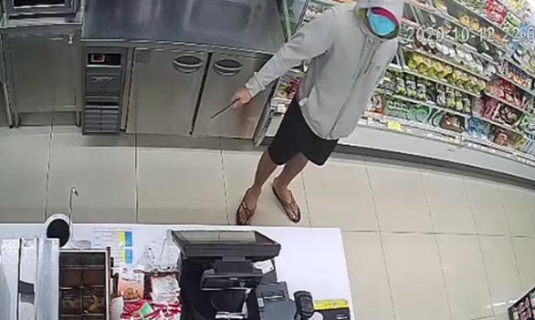 Nam thanh niên cầm dao đe dọa 2 nhân viên cửa hàng tiện lợi cướp tiền