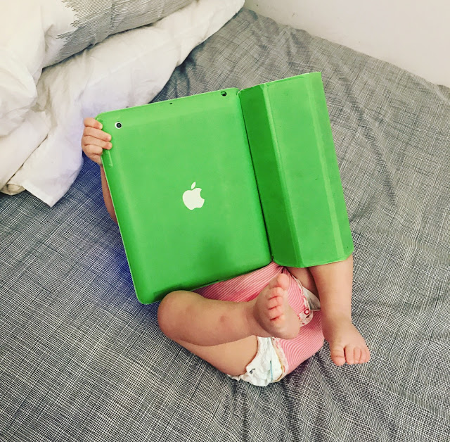 figlie che usano il tablet